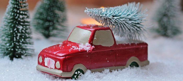 rotes Model-auto im Schnee