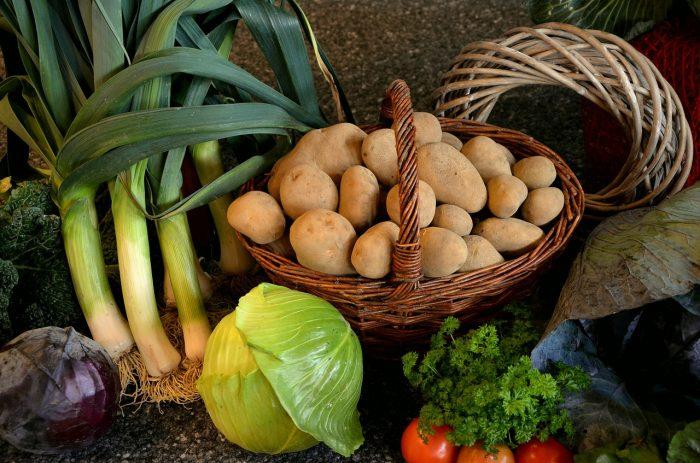 Korb mit Kartoffeln, Sellerie, rot & weiß Kohl, Tomaten