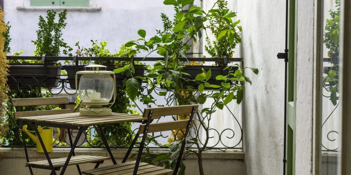 Balkon mit Sitzgarnitur und Pflanzen