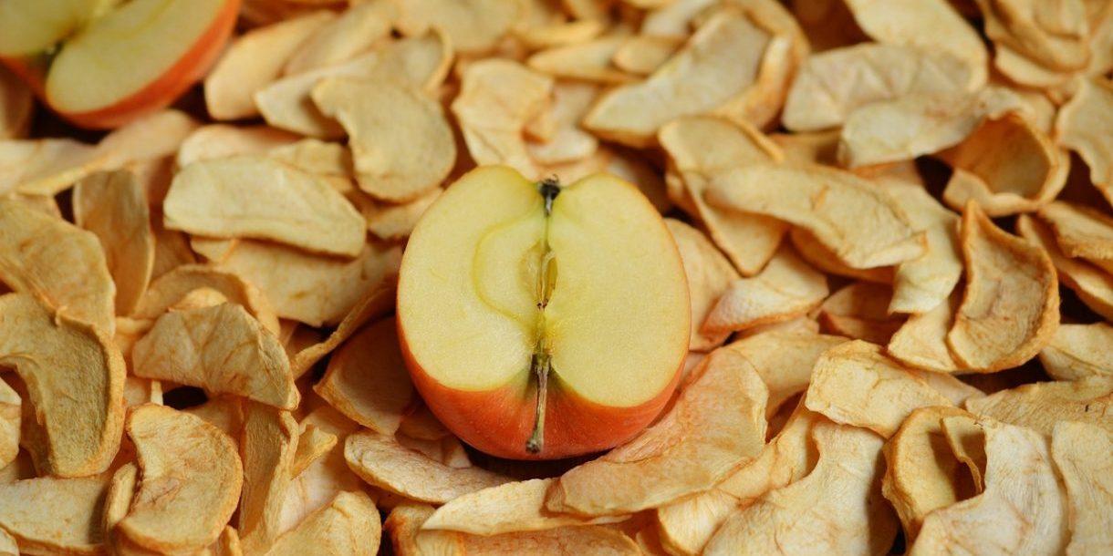 halber Apfel, liegend in Apfelchips