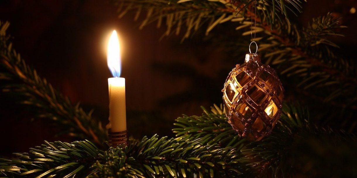 Kerze und Weihnachtsbaumkugel